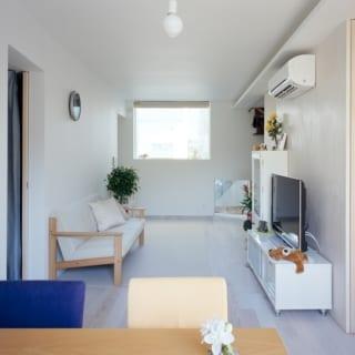親世帯のリビングルーム。1階で光が入りにくいため、室内は白を基調としたシンプルな空間に仕上げた。