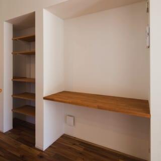 キッチンのサイドには本棚を設置。読書好きの奥さまが憧れていたマイライブラリーとして活用している