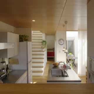 子ども部屋や浴室洗面がある2階へ行くにもダイニングキッチンを通る。やはり、キッチンは中心だ