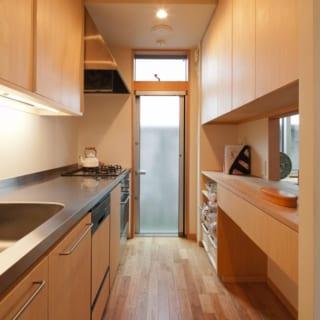 キッチン/木のぬくもりが心地よいオーダーメイドのキッチン。東に位置するキッチン奥には勝手口があり、清々しい朝日が入り通風もとれる