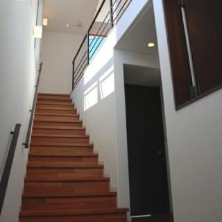 玄関から階段を見上げると、その空間の先を見たくなるようなしかけが随所にある。窓から入る光や空間の連続性が家の中に奥行きを生み出している