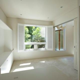 ゆったりとしたご主人の書斎。南側の窓からライトコートの緑を望むぜいたくな空間。