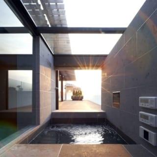2階にある展望風呂は、開放感があり眺望を楽しむことができるリゾート感溢れる作り。お施主さんの拘りがここにも色濃く反映されている。風呂からテラスに出ることも可能だ。1階にも風呂が設けられており、こちらはすりガラスでプライベートを重視した作りとなっている。1階の風呂からは坪庭を眺めることができる。