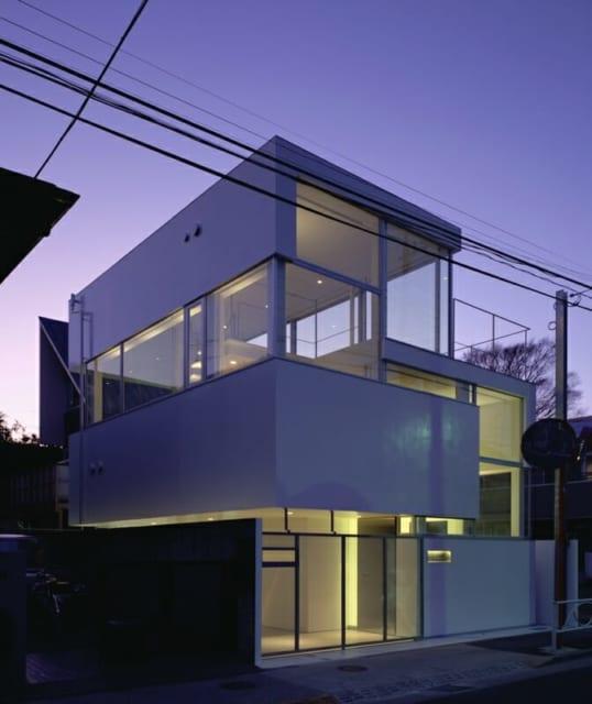 照明はデザイン的にすっきりするよう、目立たないように配慮されており、間接照明を使用し温かみある色をセレクト。大きな照明が天井にないので、圧迫感を感じることなくスッキリとした印象になっている。