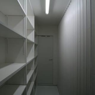 玄関脇 収納/換気窓がないため、右手玄関側にルーバーを設置。目隠しをしながら換気も十分できる造りに