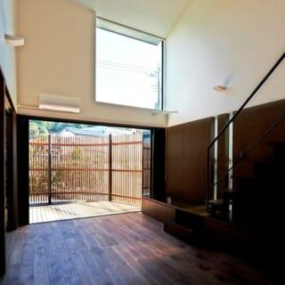 リビング/外部の視線を気にすることなく1階の窓を開放することができる