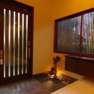 既存のデザインの良さをそのままいかした玄関ホール。この空間はあえて窓ガラスも既存の擦りガラスを使用。今のガラスにはないあたたかみのあるデザインは、どこか懐かしく趣を感じさせる。