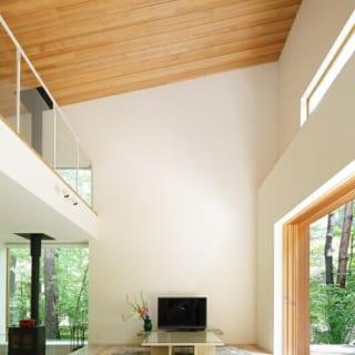吹き抜け/6mの高さがある吹き抜け。天井には大和張りを用い、のっぺりとした感じにならないよう工夫されている