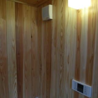 浴室は佐賀井さんのおススメで杉板を張った。