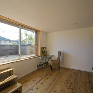 【写真】南側に配置した子ども部屋。隣室の寝室と変化を付けるため、デッキ部分の床を高く設置。階段を駆け上がってデッキに出るようにするなど、子ども部屋ならではの遊び心も