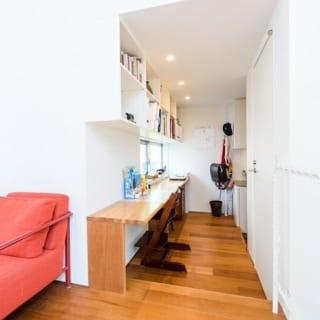 お子さんたちの勉強の場になっているK邸の書斎スペース。写真奥の右手側にキッチンがあり、動線がつながっている