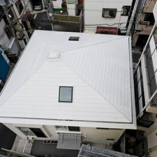 真四角に思える家は、実はゆがんだ台形で、屋根の頂点も中心からずれたところにある。これは少しバランスを崩したほうが室内の居心地がよいため。