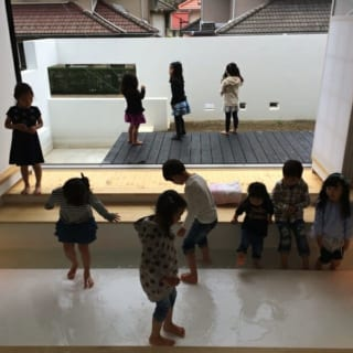 1階玄関ホール水盤/来客の多い桜本家。娘さんの友達が集まると水盤での水遊びに大はしゃぎ。「小さな子たちですから衛生的なことが気になるので、子どもたちが来るときは雨水を抜いて 水道水を溜めます」と、至れり尽くせり