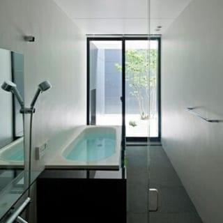 【写真】ホテルライクな浴室からは洋の庭が見える