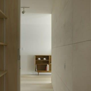 山崎 裕史  クローゼットからダイニングスペースを見る。 各スペースを回遊できるようにした。