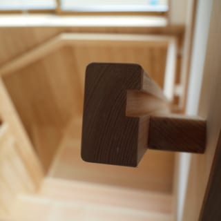 階段/木目が進行方向ときれいに垂直になった階段のステップ。手すりなどの建具ひとつとっても、丁寧で美しい仕事がなされている。肌で直接触れるところは木の質感に特にこだわる