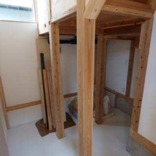 納戸/約7.5㎡と収納力抜群の納戸には、明かり採りの窓もつけた。床はモルタル仕上げとなっている