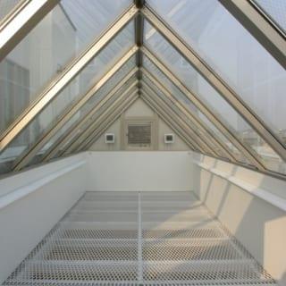6階自宅 屋上庭園/三角形のガラスの内部はエキスパンドメタルの採光板となっており、ガラスクリーニングと換気設備のメンテナンスが容易にできる