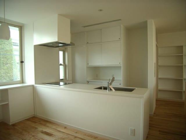 キッチン/大工さんが無垢材で組んだオリジナルのキッチン。食器棚の後ろに2畳ほどの食品庫があるおかげで、見た目もスッキリ