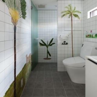 洗面室には、奥さまがご友人と絵付けをしたタイルがはられている。完成までに3ヶ月を要したという力作