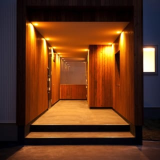 夜のエントランスホール。