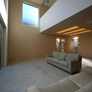 主寝室は1階リビングの吹き抜けにも面し、夫婦が互いの気配をさりげなく感じるように設計している。