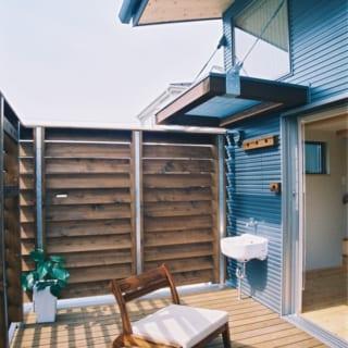 2階 テラス/外部の視線を遮るルーバーフェンスは高めにしているが、近江さんはルーバーに斜めの角度をつけ、光と風をよく通すように設計。夏はアウトドアテーブルをいつも置いておき、ほぼ毎日ここでランチやおやつを楽しむそう