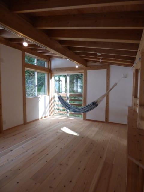 子ども部屋/将来生まれてくる子どものための部屋は、2つに仕切れるよう広めの造りに。ハンモック用のフックも2組取り付けてある