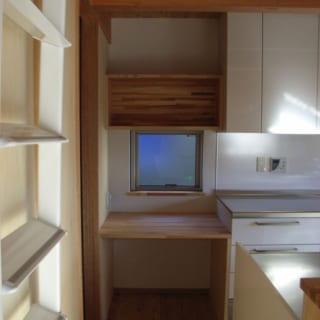 キッチンの一角にデスクと棚を造作。すわってレシピを確認でき、重宝されているそう。