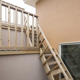 階段でつながる3段のルーフテラスが、リビングダイニングと立体的に絡み合っていき、場所によってことなる「外」を感じることができます。