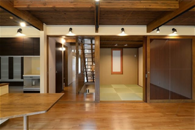 LDK横の座敷とホールは、日常は開放的に使い、冷暖房を使用する場合は引込戸を使って閉じることが出来る。 座敷正面の窓はスライドさせることで奥の部屋との通風が採れる