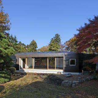 親世帯 リビング外観/ジグザグ曲がる中庭側に対し、外側はすっきりとした直線でデザイン。豊かな樹木に馴染む落ち着きのある佇まいだ
