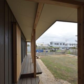デッキの廊下/土地の高低差により、寝室棟よりもリビング棟の方が20㎝ほど高くなっている