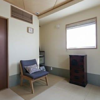 7階(自邸)和室/中庭に面し、柔らかな陽光が入る和室。壁は高級和紙の鳥の子和紙や藁入りの自然塗装材で仕上げている