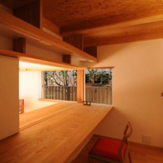 書斎/書斎の床には、比較的堅めの木材であるレッドオークを使った。書斎やワークスペースには、椅子などでキズがつきにくいように堅めの木材を採用することが多いそう
