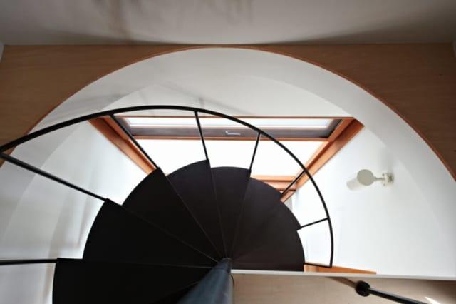 らせん階段/窓からの光を遮らない構造を鑑み、デザインされている