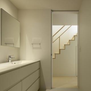 繁田諭   【写真8】C棟 1階 洗面台/洗面所や主寝室がある1階は、白で統一し明るく広々した印象に