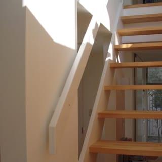 スケルトンの階段のすき間からも緑が見える