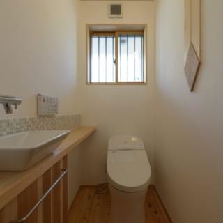1階 水まわり/水まわりも漆喰と無垢材を贅沢に使っている。もちろん、トイレの床もヒノキ
