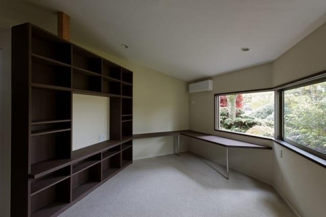 親世帯 主寝室/テレビ台や書棚、カウンターを造り付け、使い勝手のよいすっきりとした空間となっている