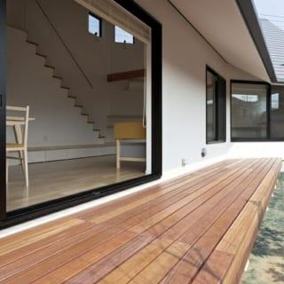 1階 テラス/写真左のダイニング側は窓を大きく、奥のリビング・小上がりはそれより小さめにとることで包まれる濃度を調整。同時にダイニング以外の窓は、枠に腰を掛けてくつろげる場所として活用できるよう高さを調整した