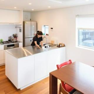 キッチンは専門メーカー製のオーダーメイド。収納の使いやすさと見た目の格好良さは、奥様のお気に入り