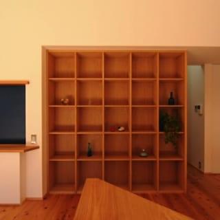 本棚/整然と並んだ正方形がシンプルな美しさを感じさせる本棚