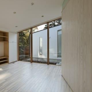 子世帯 リビング/中庭の東側に位置する子世帯のリビング。親世帯のリビング同様に、中庭に直面しない配置でプライバシーを確保。南面につくったガラス張りの内庭からたっぷりと日差しが入り、とても明るい