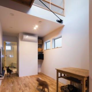 2階 リビング/ダイニングとひと続きのリビングスペース。Kさん希望の大画面テレビは写真左の壁に設置し、空間はすっきり。奥行きと、吹抜けによる上への広がりが開放感を生む