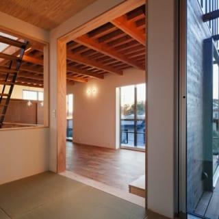 リビングと回廊をつなぐサッシは掃き出しに。内と外の一体感と開放感を高めている