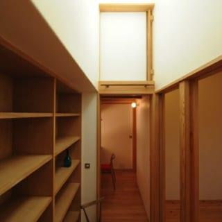 読書スペース/リビングの裏、子供部屋の向かい側にも棚を設け、トップライトを設置。「ここで読書できるよう、光をたっぷり採りこめる設計にしました」