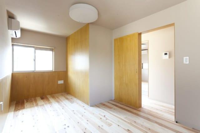 2階ご主人の寝室/奥さまの寝室を出てサンルームをはさんだところに、ご主人の寝室がある。写真の南の窓のほかもう一面に窓があり、2面採光で心地よい光が入る