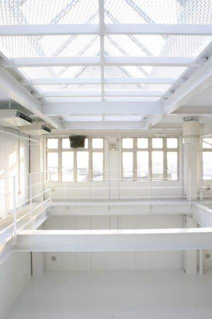 4階~5階 撮影スタジオ/仕事でもプライベートでも使う吹抜けの撮影スタジオは、プロ並みの写真の腕前を持つ施主さまのこだわりが詰まっている。屋上庭園にある三角形のガラスがトップライトとなり、撮影にぜひとも欲しい自然光が燦々とそそぎ込む