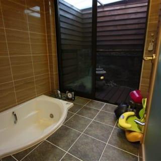 埋め込まれた浴槽と外部のコートが一体となり、リラックスする環境が整いました。敷地横を流れる水路の音が浴室に伝わり、心地よいヒーリングの時間へと誘います